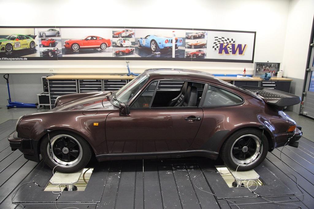 low_Porsche_911_Turbo_7-Post
